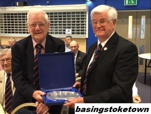 Penghormatan kepada presiden Klub Sepak Bola Komunitas Basingstoke Town Peter Raynbird
